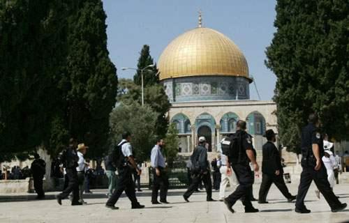 مستوطنون يدنسون ساحة المسجد الأقصى